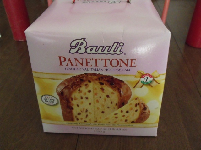 My Uncle Gino sent us a Panettone all the way from Silverspring, Md.  Thank you very much:)